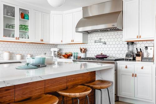white kitchen with beehive backsplash