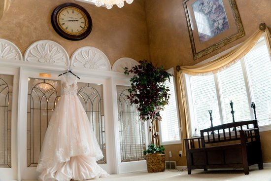 Deciding on the perfect venue for your wedding can be a tough choice for some couples. Here's how to pick a wedding venue that's perfect for you.