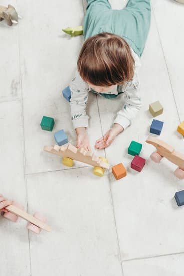 toddler playing with blocksthe best baby classes for your child that will help them grow and be safe through life.