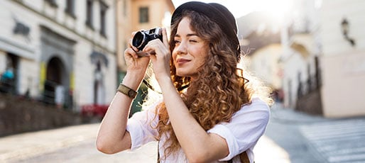 girl using camera in best buy photography workshop tours.